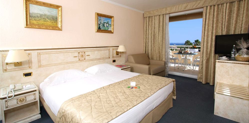 Deluxe partial sea view room