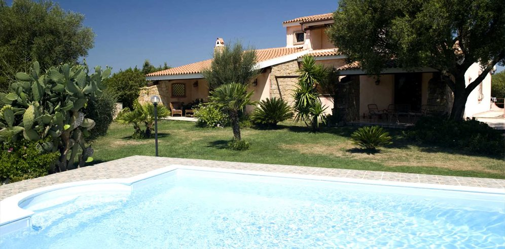 Pool and Villa - Lu Lioni