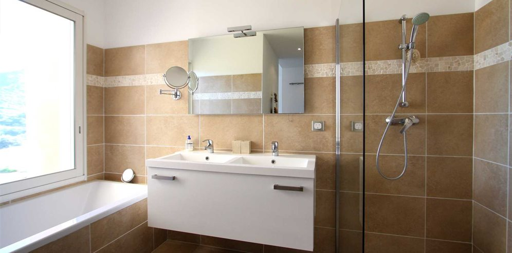 En-suite bathroom with shower