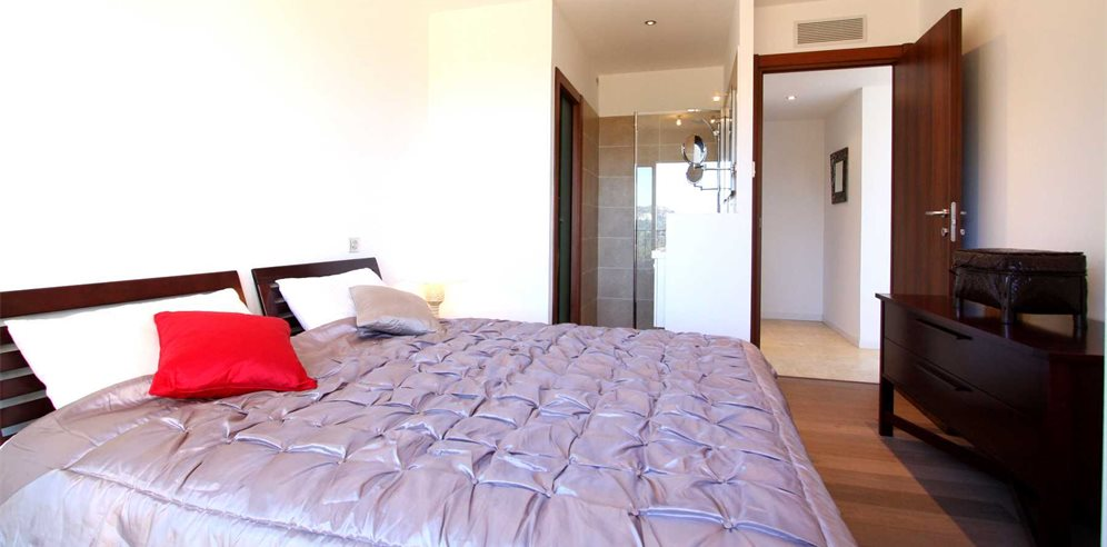 Double bedroom with en-suite shower room