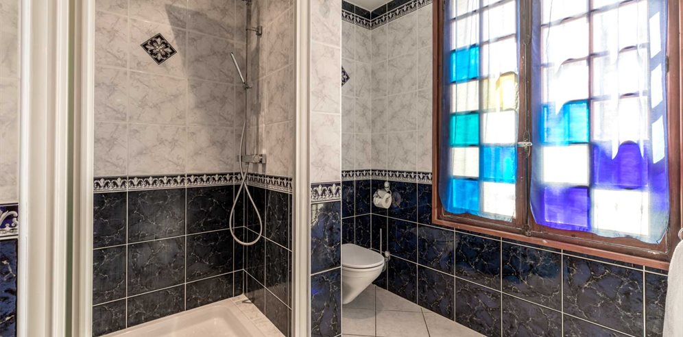 Chambre Charme - en-suite shower room