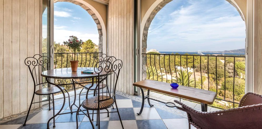 Chambre Deluxe - balcony with views over Calvi