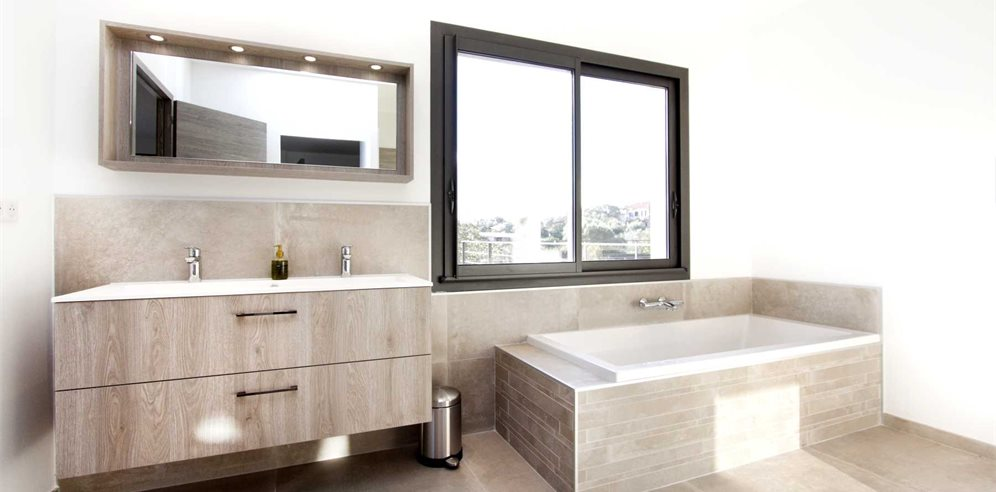 Master's en-suite bathroom