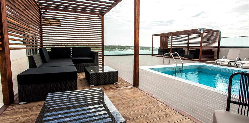 Roof top seating with pool