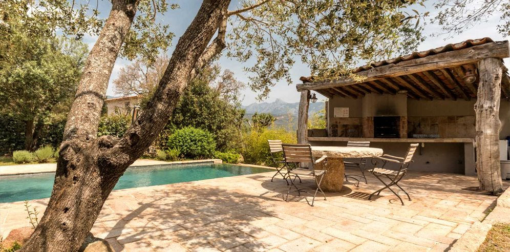 Summer kitchen and dining alfresco at Casa di l'Olivu