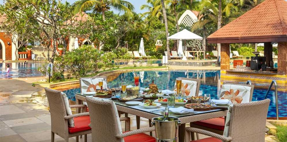 Caravela Beach Resort Poolside Dining
